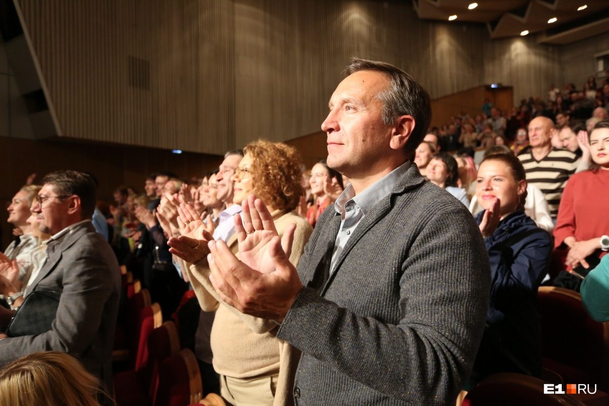 Когда все закончилось, люди несколько минут аплодировали стоя