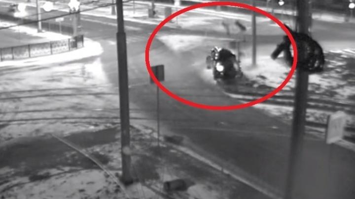 Камера наблюдения сняла, как на Татищева Infiniti не вписался в поворот и снёс столб