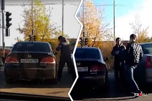 Рьяно мужчина стучал по корпусу и стеклам автомобиля, не реагируя на замечания прохожих. Владелец иномарки церемониться с незнакомцем не стал