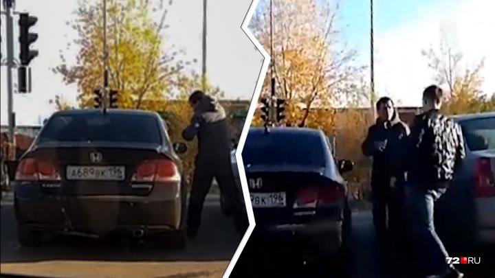 Полицейские увезли в отдел тюменца, который пытался разбить чужой автомобиль