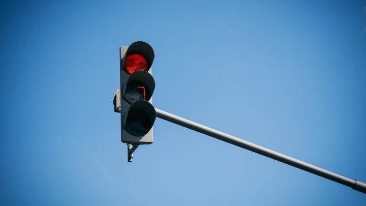 В Кургане ПАЗ хотел проехать перекресток на красный свет и врезался в легковушку