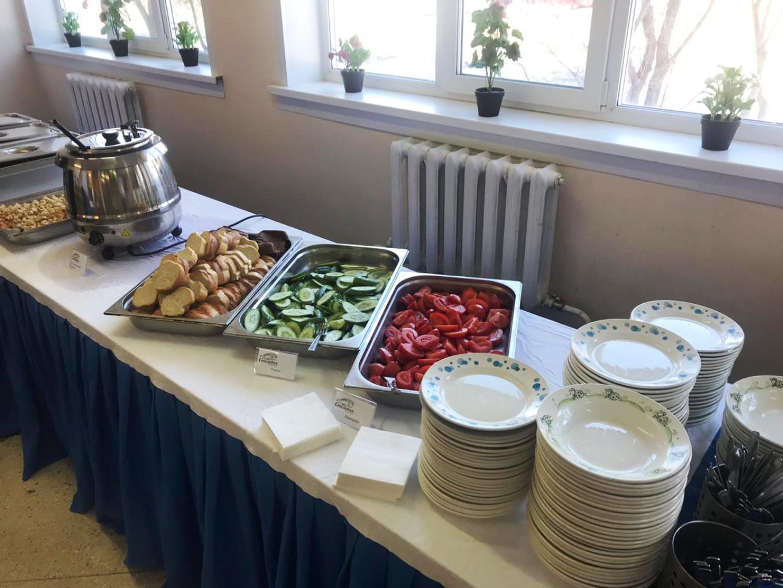 Дети либо сами накладывают себе еду, либо им помогают работники столовой