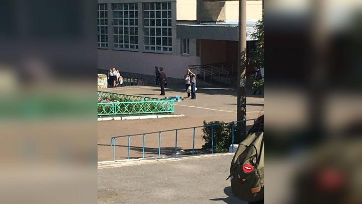 Возле уфимской школы обнаружили погибшим мужчину