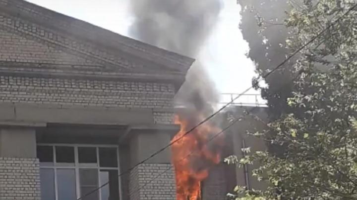 В Волгоградском аграрном университете пожар перекинулся на крышу