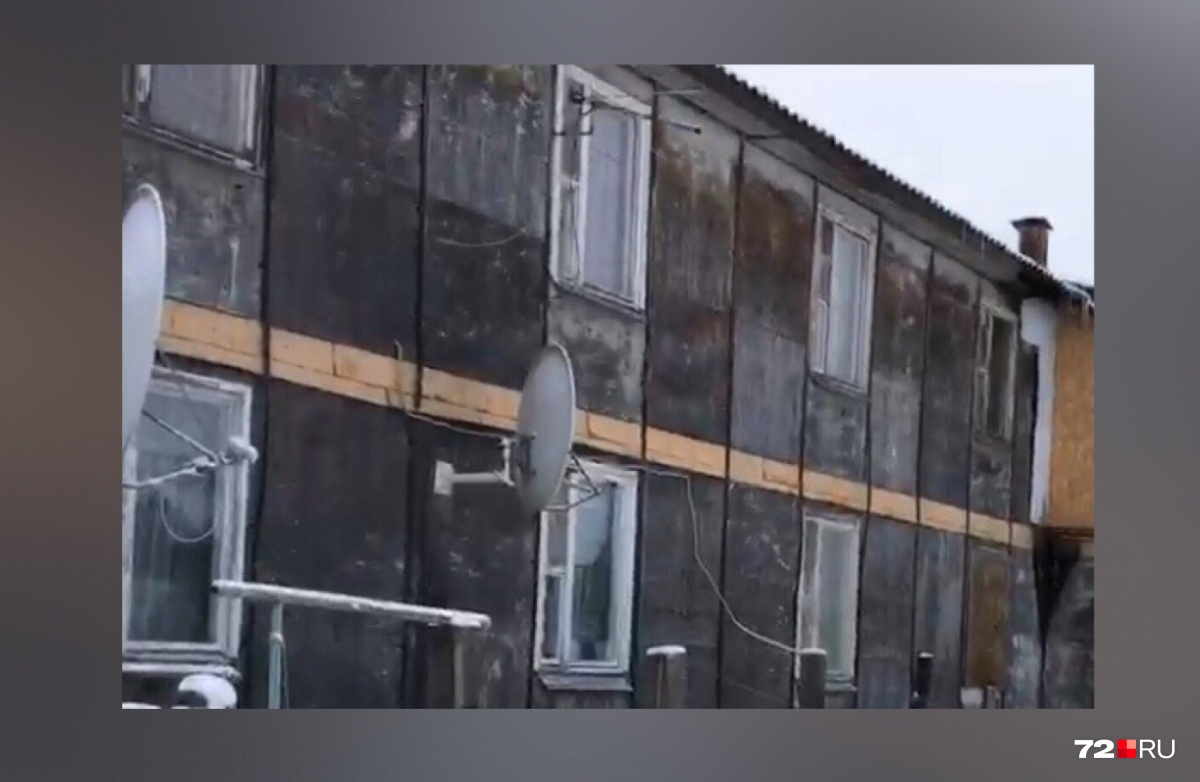 Так выглядят типичные бараки на Камчатской. В домах сыплются стены, хлещет из ржавых труб вода, а пол уже давно прогнил от сырости