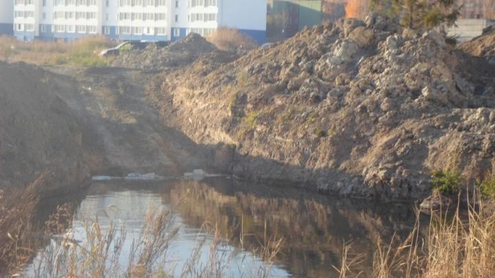 Сточные воды затопили 11-й микрорайон Заозерного из-за аварии на коллекторе