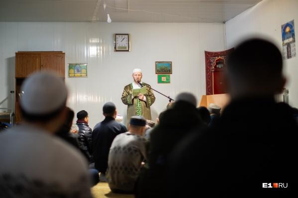 Мусульманам не хватает мест в мечетях Екатеринбурга, и они вынуждены молиться на улице