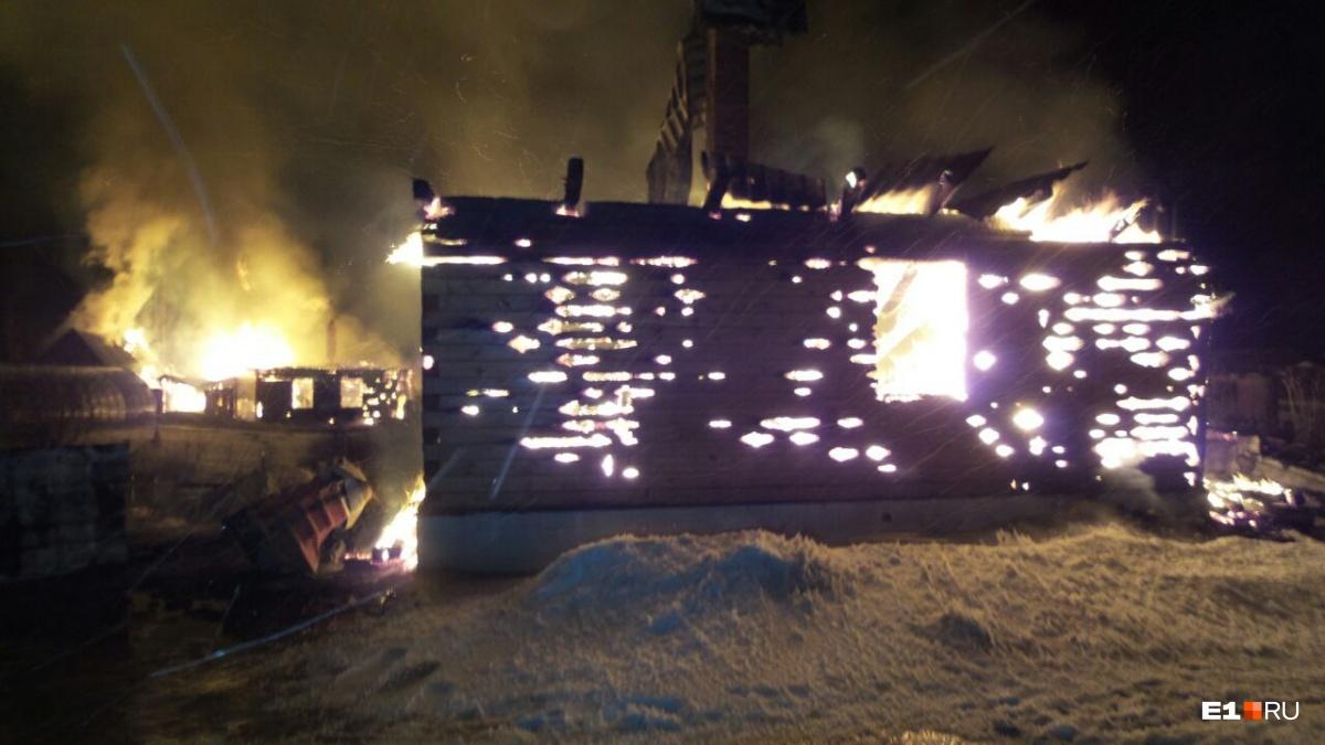 Чтобы справиться с огнём, на пожар пришлось направить 20 сотрудников МЧС