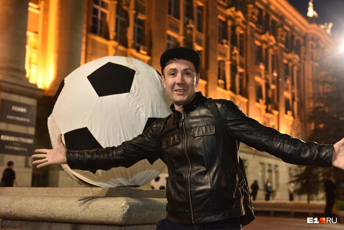 Футбольные мячи у здания городской администрации стали отличной декорацией для фотографий болельщиков
