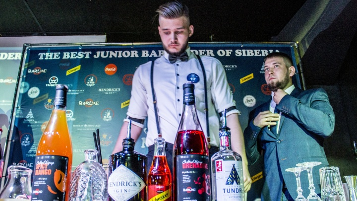 В Новосибирске выбрали лучшего молодого бармена — барбек из «Воробья» сделал коктейль с мёдом