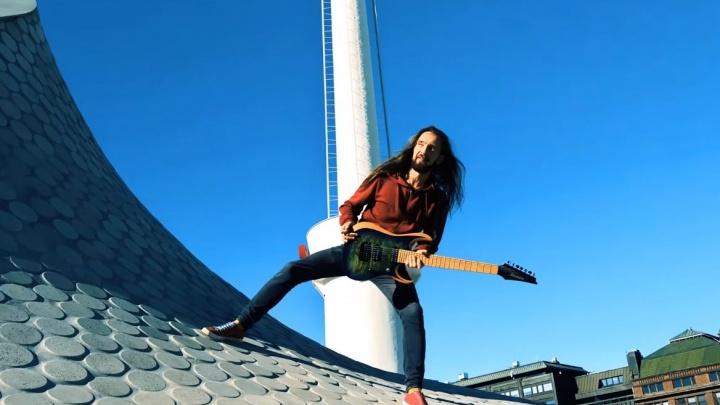 В учителя не пошел: как талантливый гитарист-самоучка из Березника зарабатывает на улицах Хельсинки