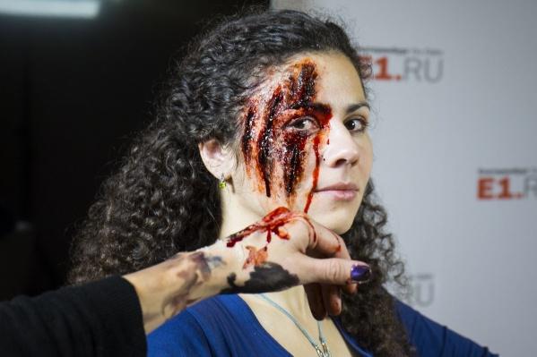 Края ран расходятся, а кожу и кровь не отличить от настоящих.