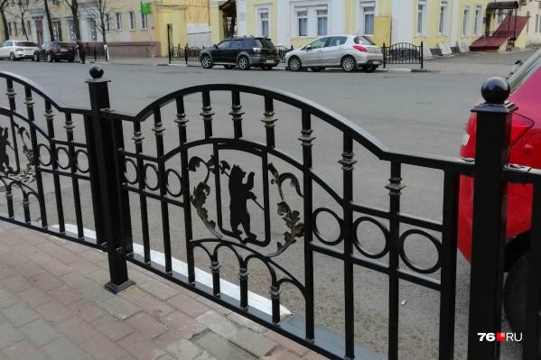 Заборы, которые ярославцы прозвали кроватными спинками, поставили по инициативе экс-мэра Владимира Слепцова