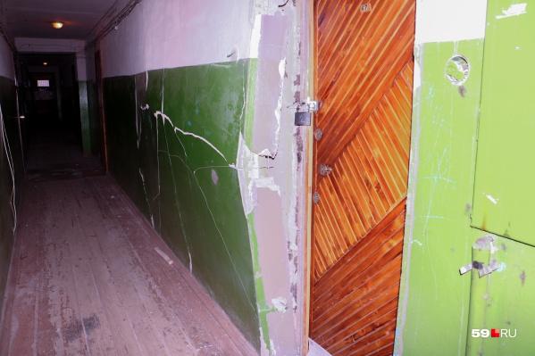 Спустя полтора месяца стена выглядит, как в день ЧП