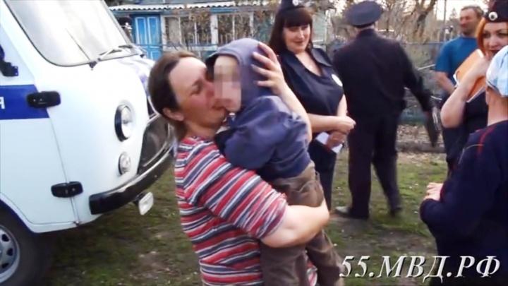 Мать расплакалась от счастья, увидев пропавшего двухлетнего сына. Их встречу сняли на видео