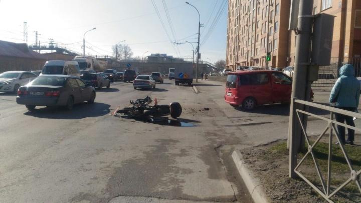 На Владимировской разбился мотоциклист: он столкнулся с поворачивающей машиной