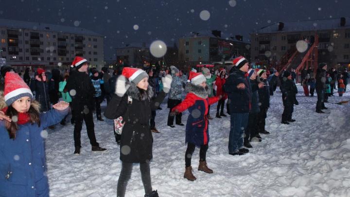 «Скибиди-папа»: жители Сибая устроили новогодний флешмоб