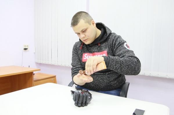 Евгению Кузнецову 28 лет, и он учится управлять новой рукой