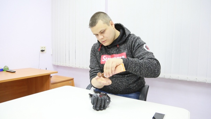 Ручная работа: южноуральцу, потерявшему пальцы в пекарне, сделали электронную кисть