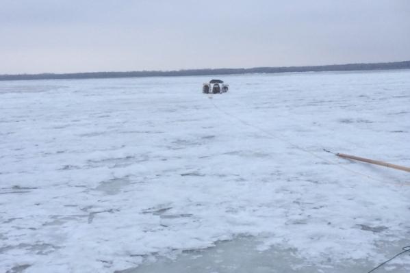 Спасатели использовали специальное оборудование, чтобы помочь рыбакам выбраться с тонкого льда