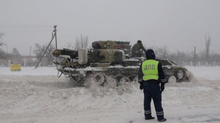 «Попросила администрация»: на занесенные дороги Волгоградской области вывели тяжелые военные машины
