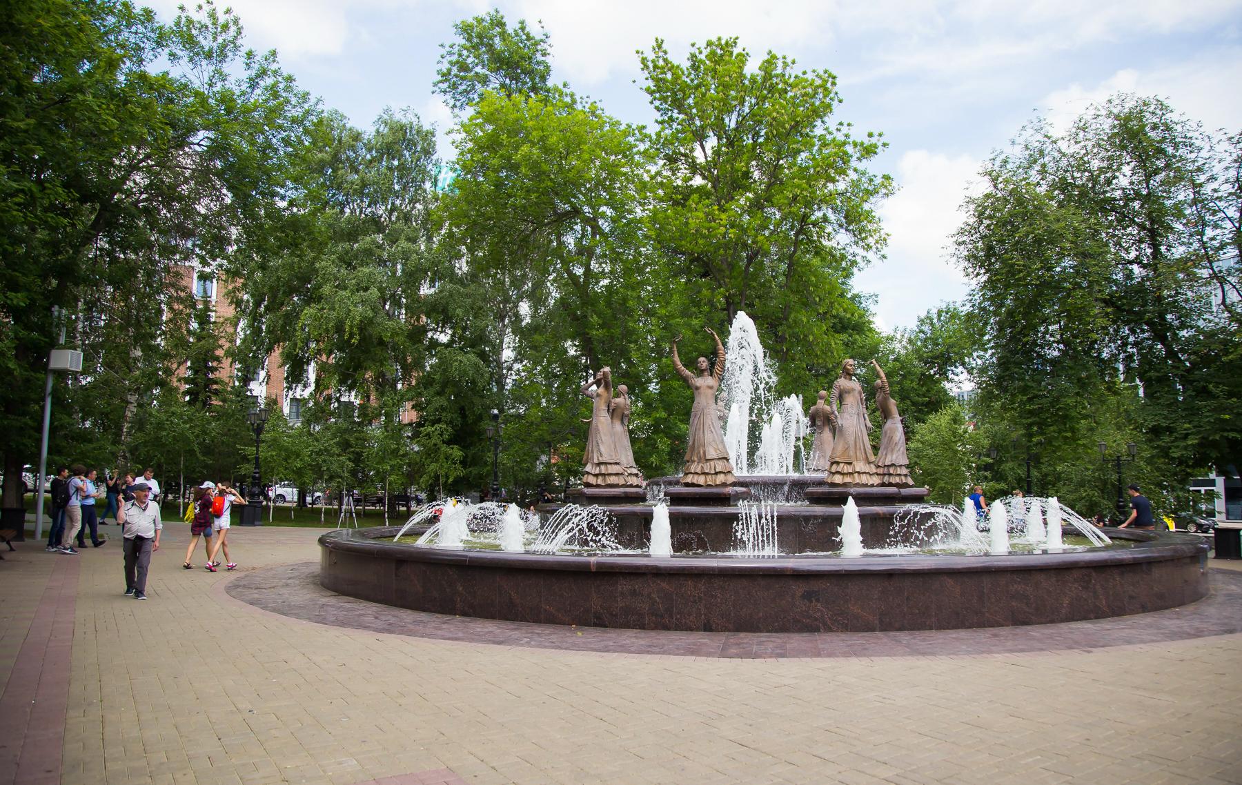 К 2015 году в сквере Театральный построили светомузыкальный фонтан «Семь девушек». Башкирская легенда гласит, что они попали в плен, а когда не смогли убежать от погони, прыгнули в озеро и утонули<br><br>
