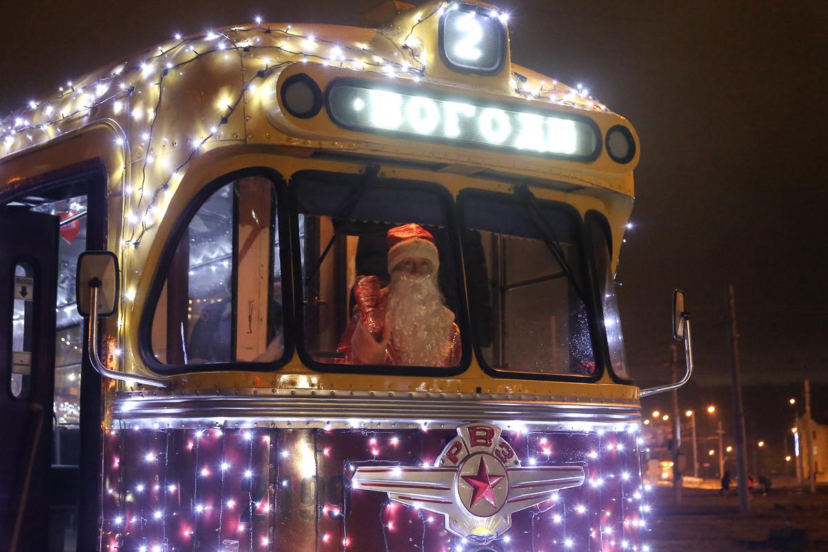Вечером новогодний трамвай выглядит просто сказочно