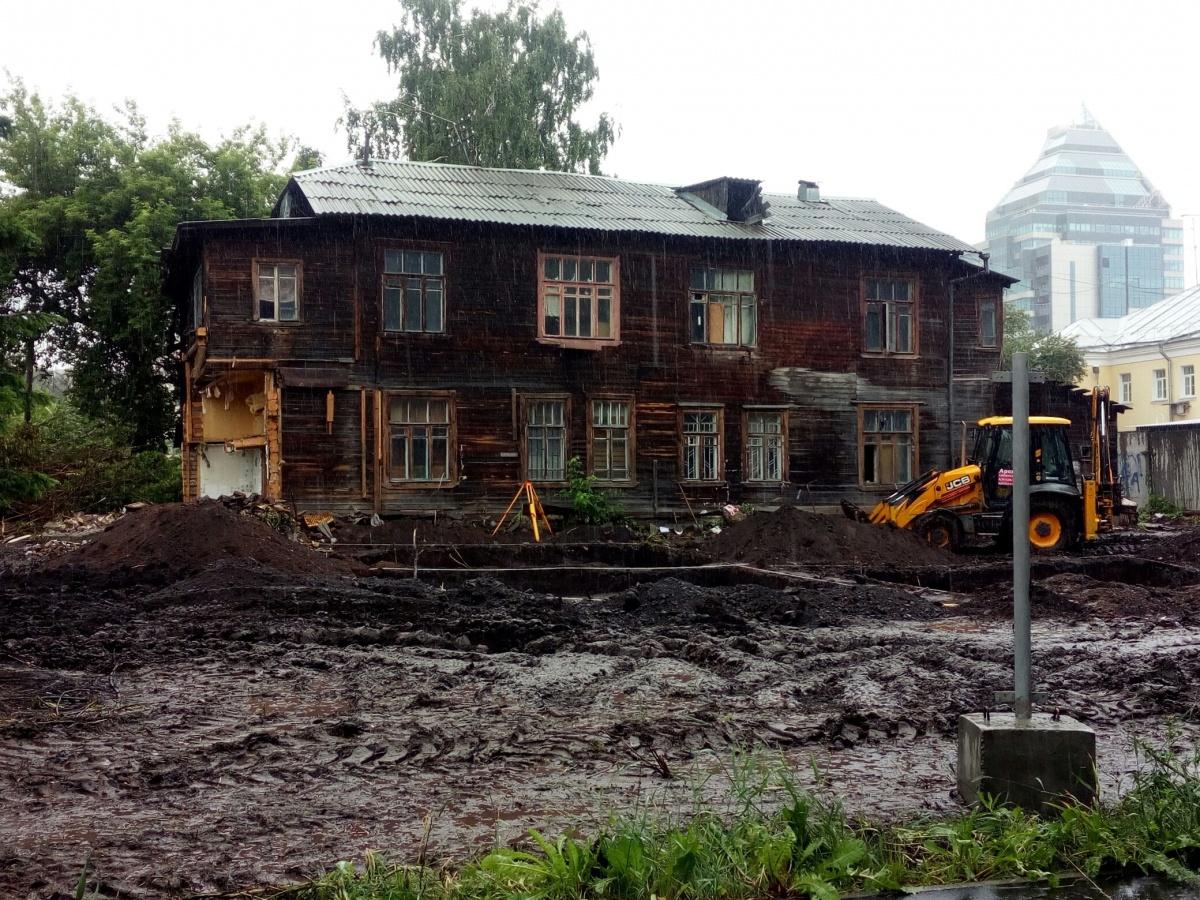А вот земляные работы в районе домов кооператива «Опытстрой» (также дом уже лишился угла)