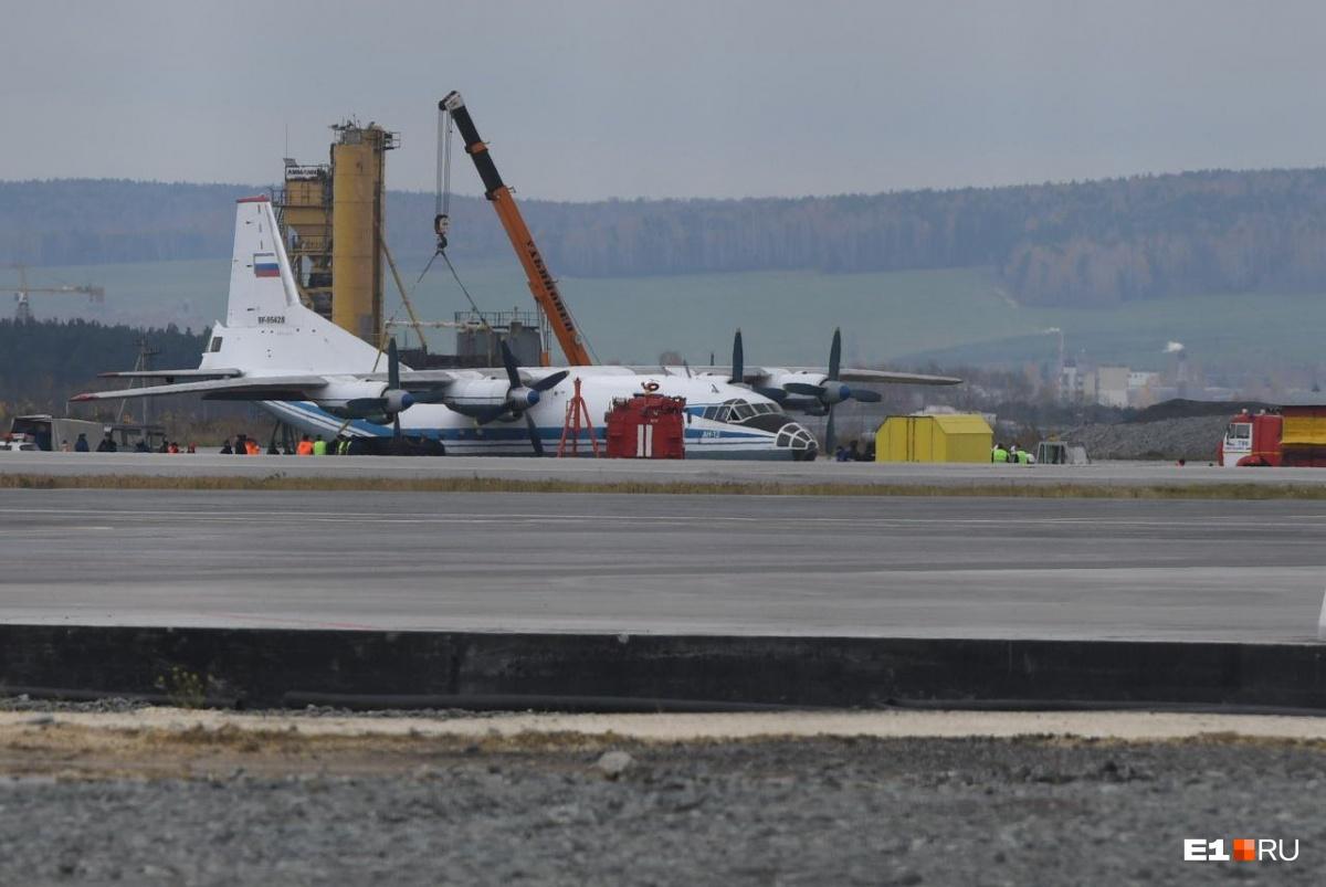 Из-за севшего на брюхо Ан-12 в Кольцово задержали 40 рейсов
