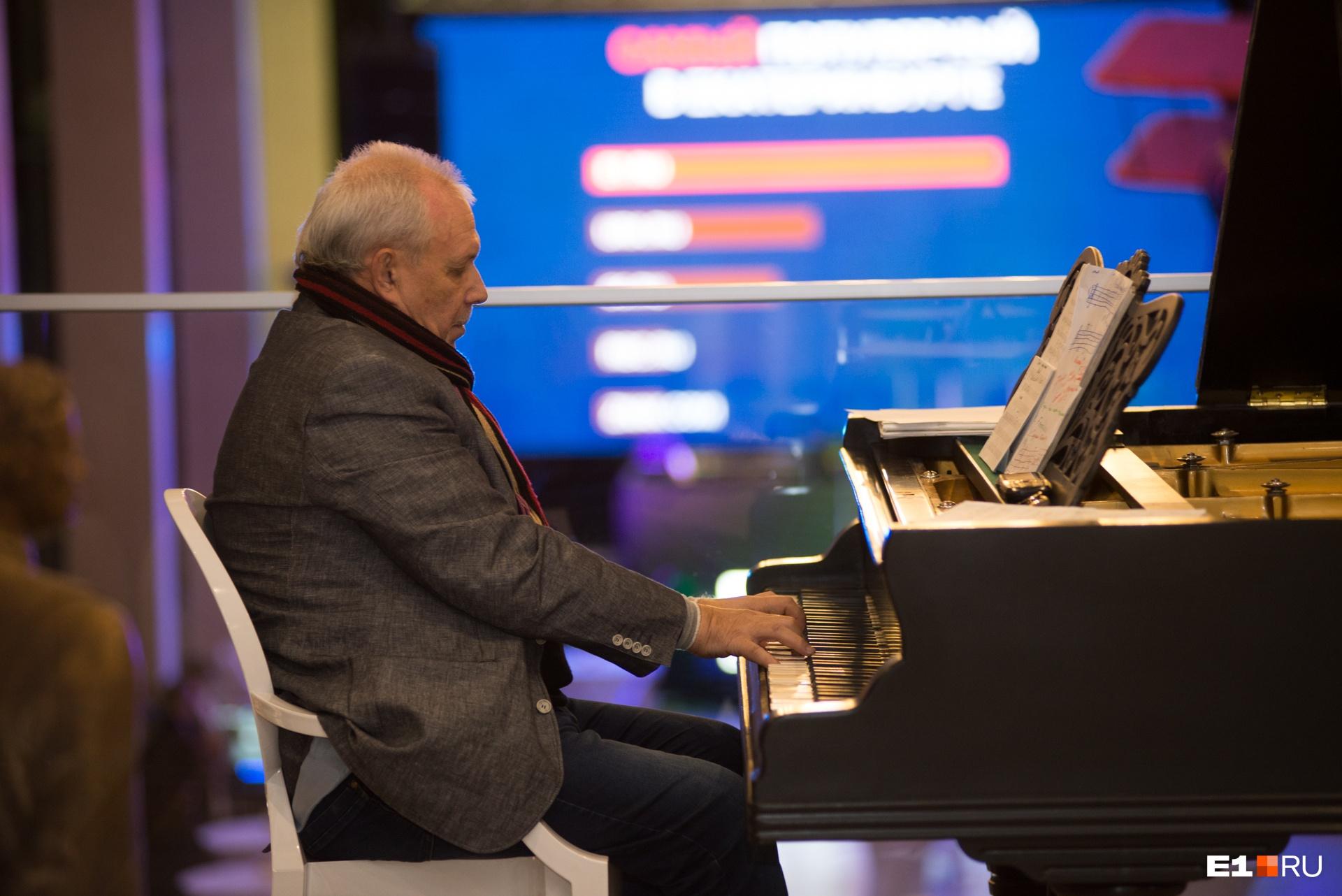 Пока гости собирались, за роялем атмосферу создавалмастер джазовых импровизаций Андрей Елецкий