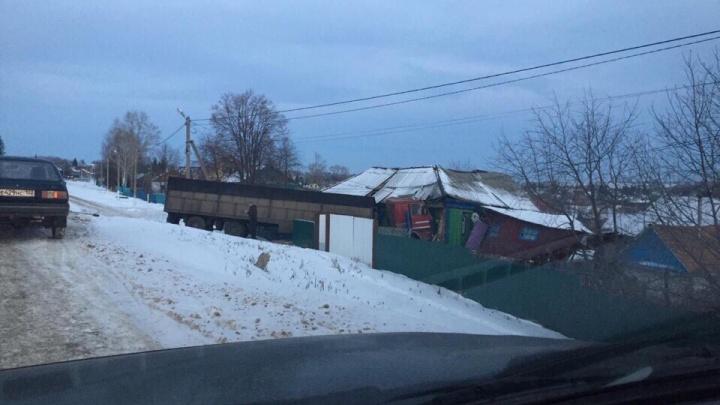 Грузовик слетел с дороги и протаранил дом: на трассе в Башкирии произошло серьезное ДТП