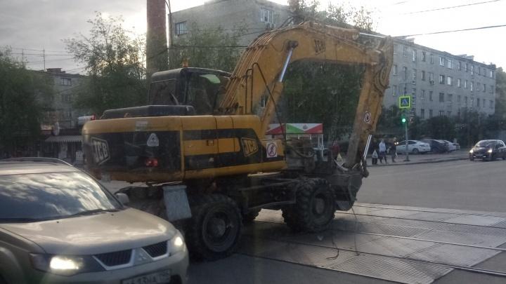 До ЖБИ не доехать: на Малышева экскаватор порвал трамвайные провода