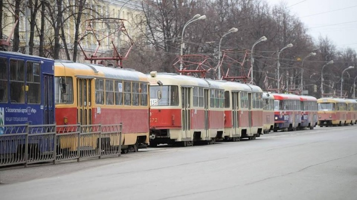 На проспекте Ленина встали трамваи из-за мелкого ДТП на рельсах