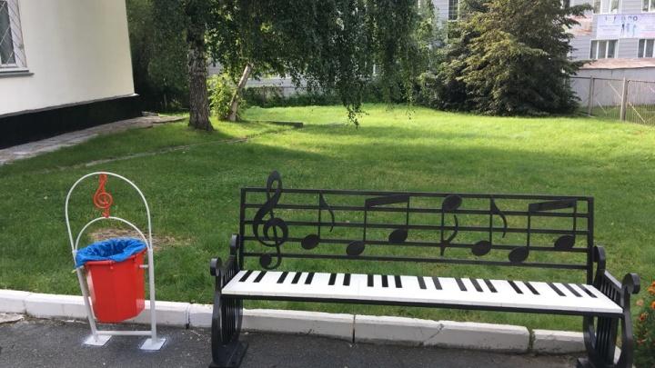 Район странных лавочек: на ОбьГЭСе появилась скамейка-пианино