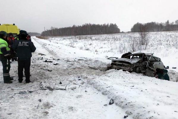 В аварии пострадала семья из пяти человек, ехавших в ВАЗ-2112. Для того чтобы достать водителя из машины, спасателям пришлосьразжимать кузов специнструментом
