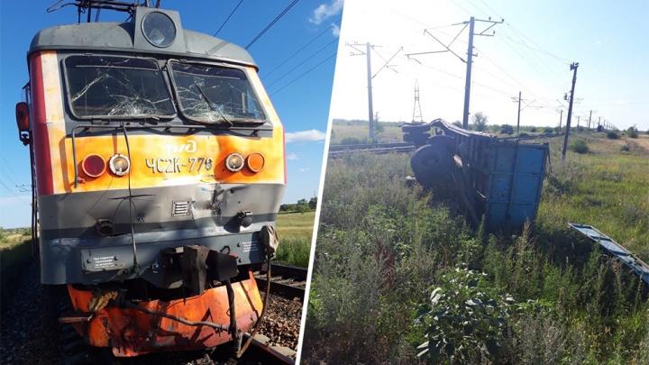 Выбросило с рельсов: в Самарской области столкнулись электровоз и КАМАЗ