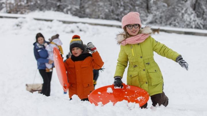 С детским восторгом: смотрим лучшие фотографии заросшего снегом Волгограда