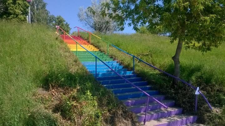 Новосибирцы сами отремонтировали и раскрасили уличную лестницу