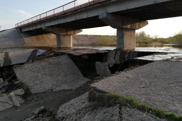 Из-за размытия оголилась верхняя часть свай моста