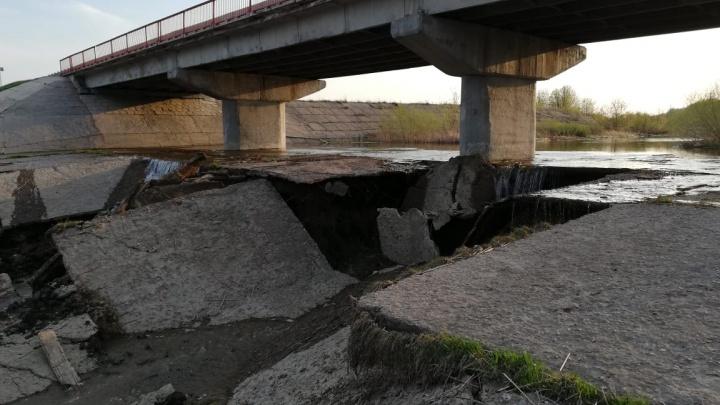 На трассе под Новосибирском размыло основание автомобильного моста (видео)