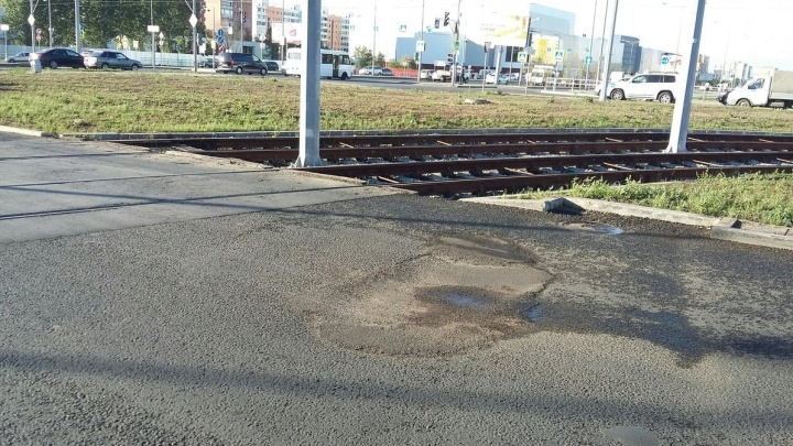 Минтранс назвал причину постоянного провала асфальта на Ташкентской — Московском шоссе