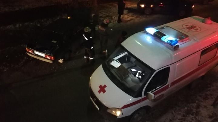 Омич угнал машину у жены и влетел в столб в Нефтяниках