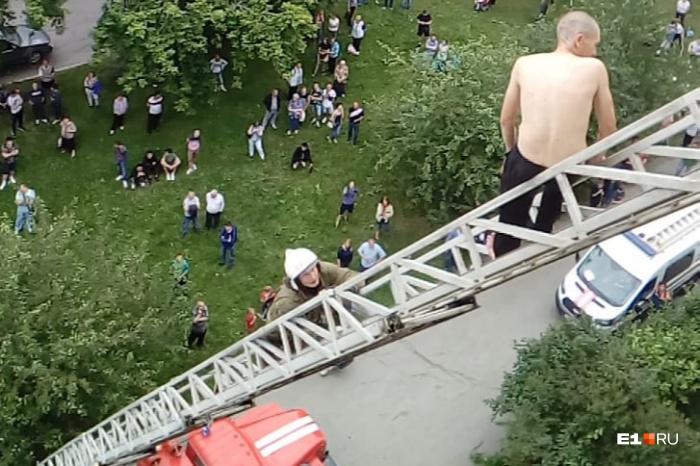 Пожарным удалось спустить мужчину на землю с помощью автолестницы