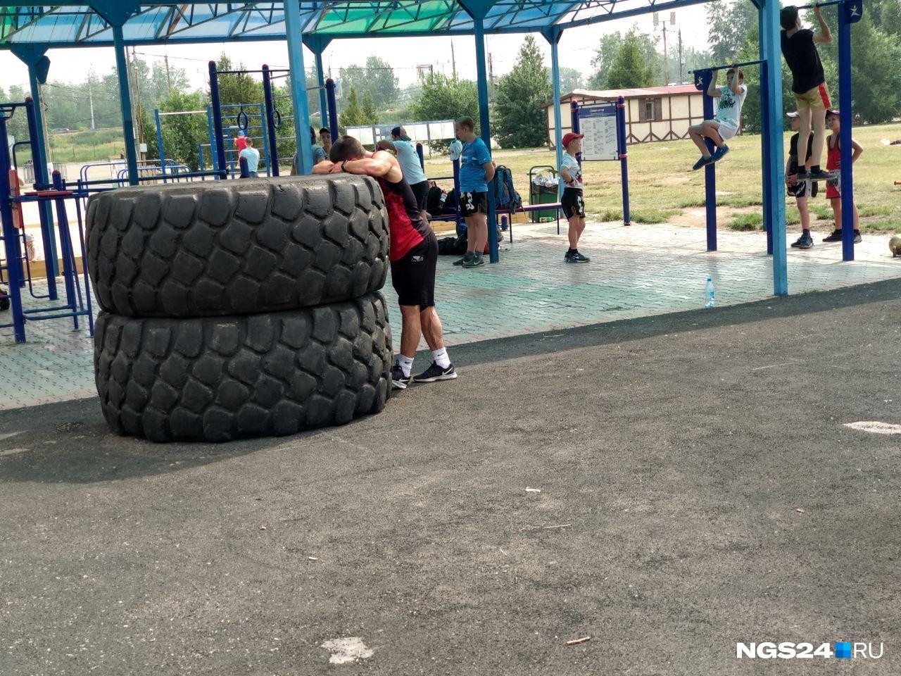 Облитые потом спортсмены продолжают тренировку даже в жару...