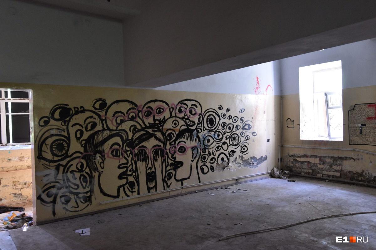 В заброшенном корпусе много граффити, но, конечно, не столько, сколько в Зеленой Роще
