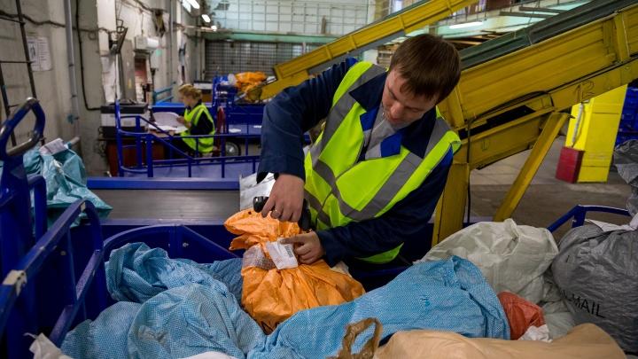 «Где моя посылка?»: большой репортаж с главного центра «Почты России» в Красноярске