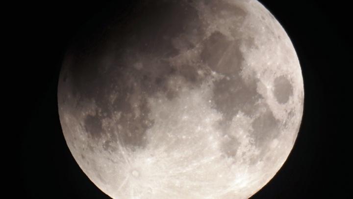 Омичи поделились фотографиями лунного затмения