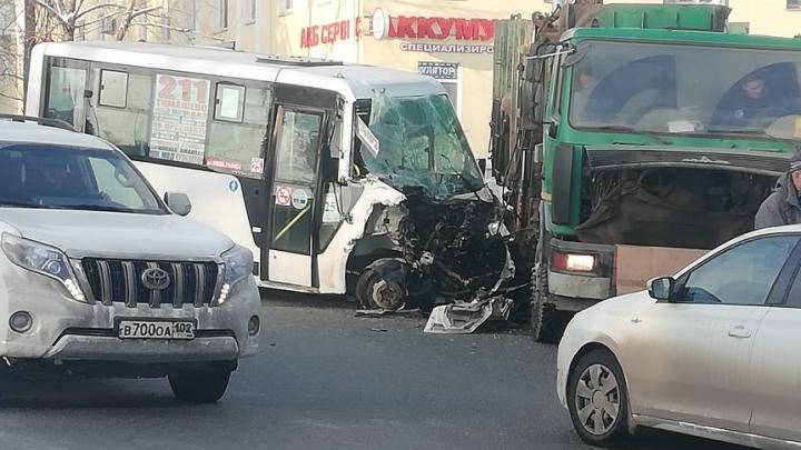 Пассажирский автобус в Уфе протаранил грузовик, последствия аварии очевидцы сняли на видео