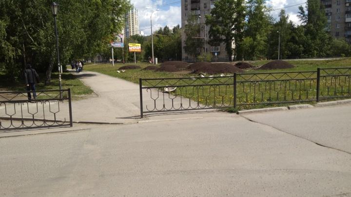 Памятник маразму - 2: в Екатеринбурге перекрыли забором пешеходный переход