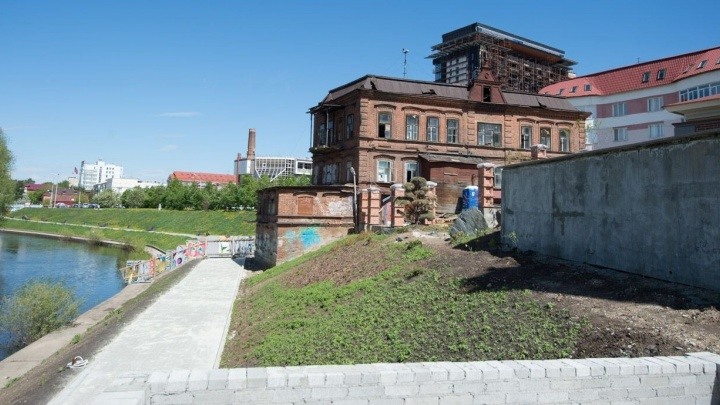 Косой дом на берегу Исети отреставрируют к началу осени